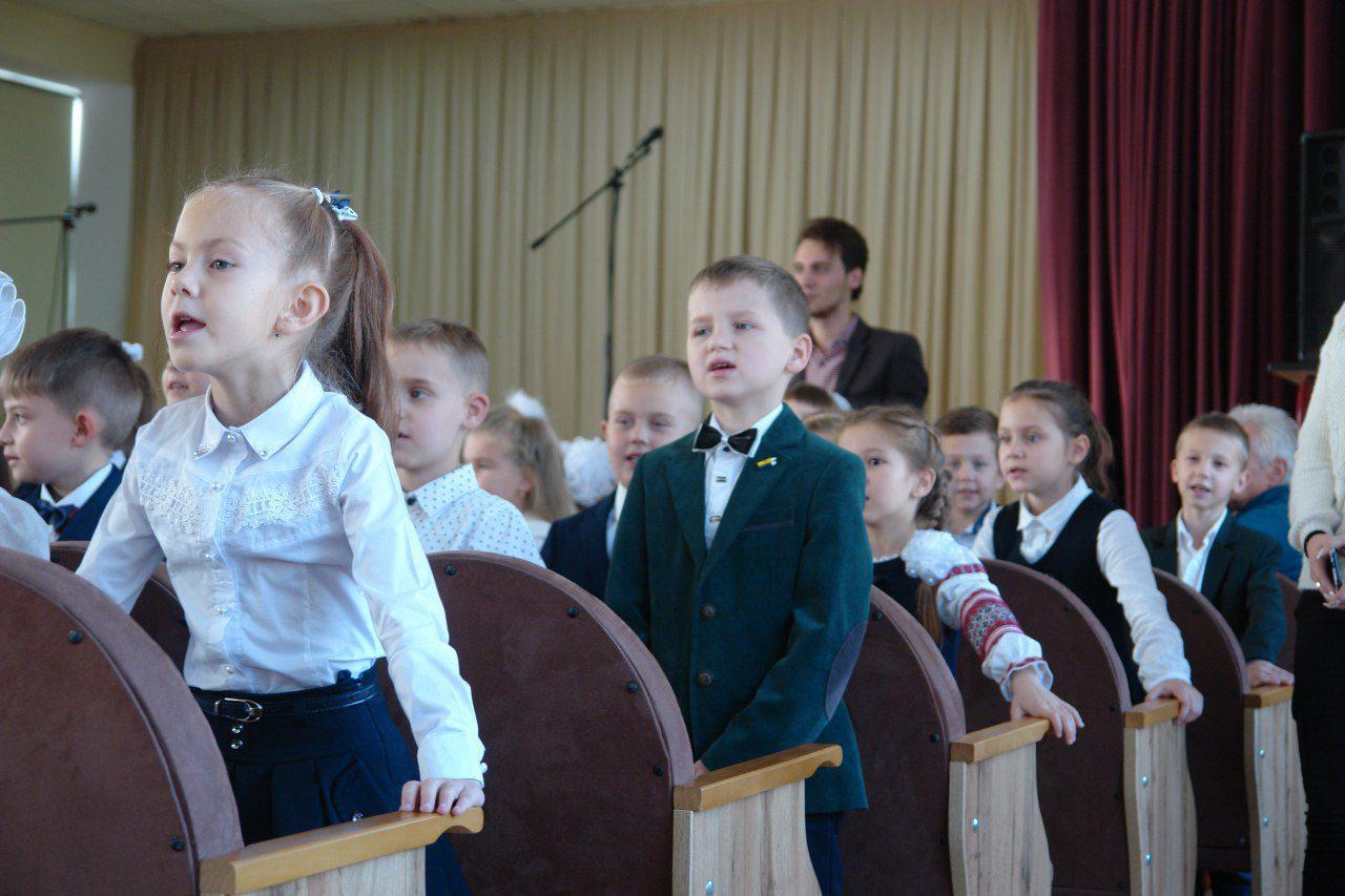 учні 1-А класу співають